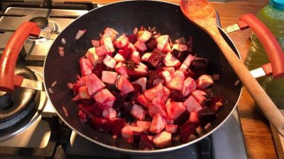 Supă de sfeclă roșie cu cipsuri de legume